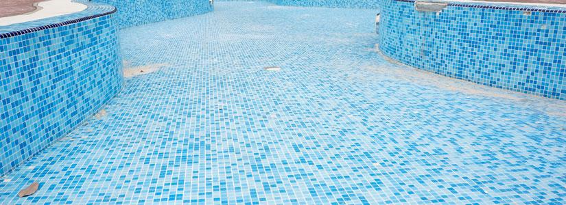 likainen ja sininen tyhjä uima-allas