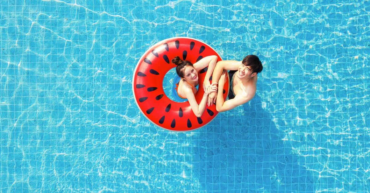 uima-allas pihalle jossa nainen ja mies